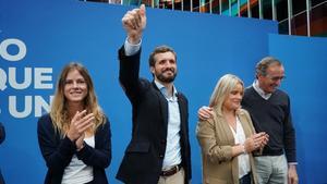 De izquierda a derecha, Beatriz Fanjul, Pablo Casado, Mari Mar Blanco y Alfonso Alonso, en Vitoria, el 1 de noviembre, en un mitin de campaña de las generales.