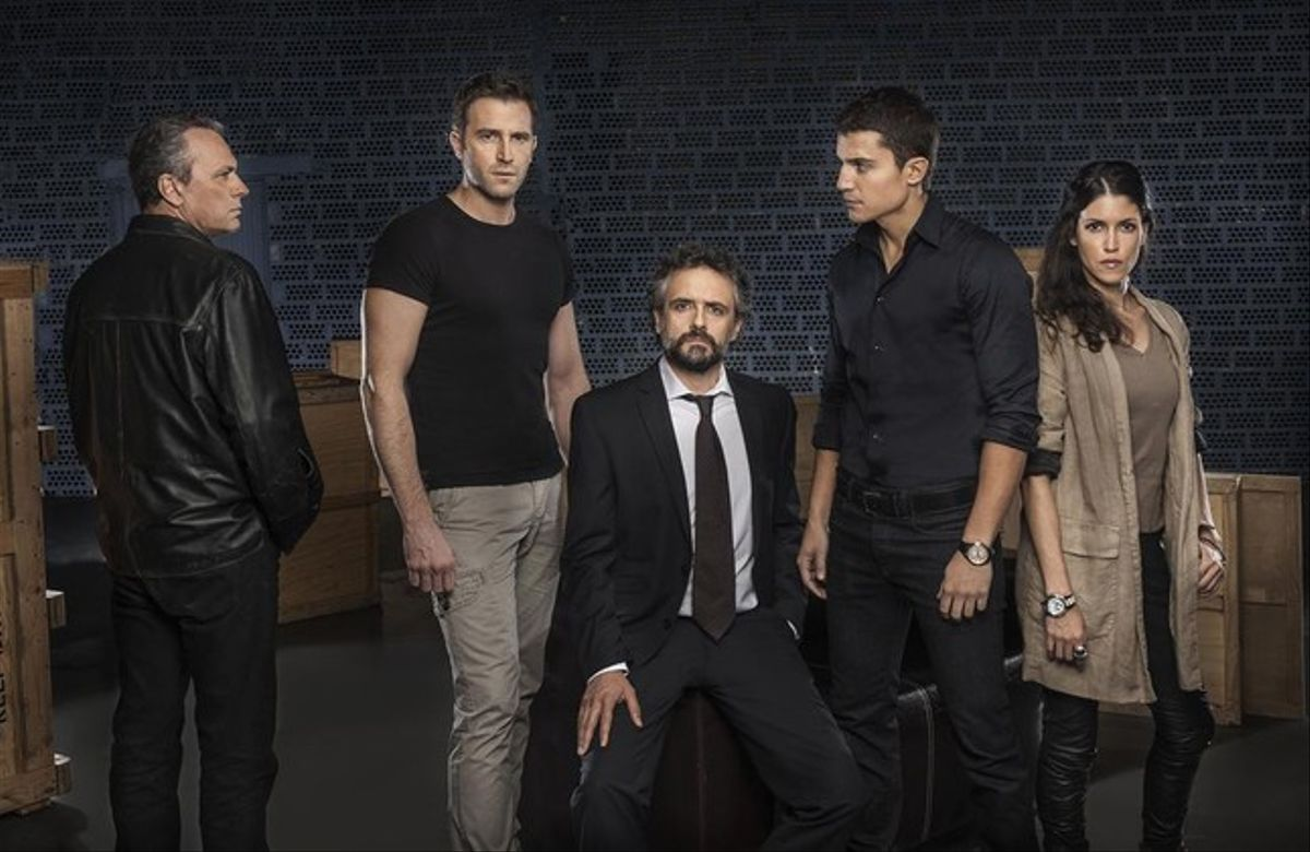 Jose Coronado (izquierda) junto a los principales actores de la serie 'El Príncipe'