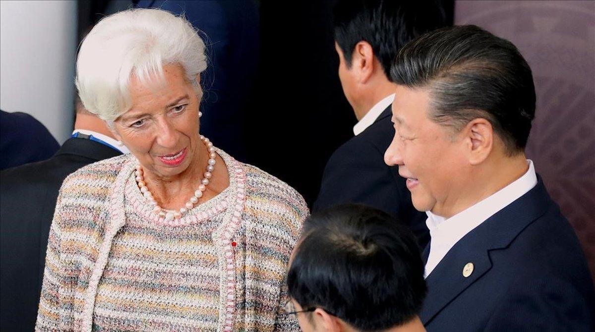 El presidente de China, Xi Jinping, charla con la directora del FMI, Christine Lagarde.