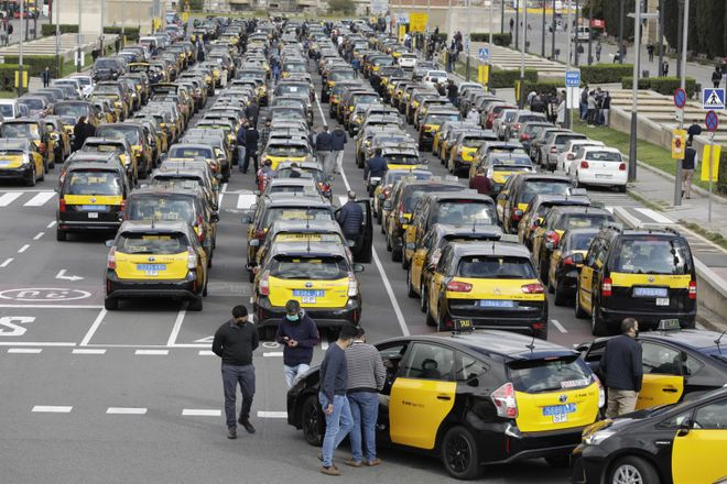 Marcha lenta de taxis en plaza de España contra la vuelta de Uber a Barcelona