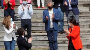 El líder del PP, Pablo Casado junto a la presidenta de la Comunidad de Madrid y candidata a la reelección, Isabel Díaz Ayuso, y Toni Cantó, quinto en la lista de la candidatura de la formación, durante la presentación de la candidatura del Partido Popular de Madrid.