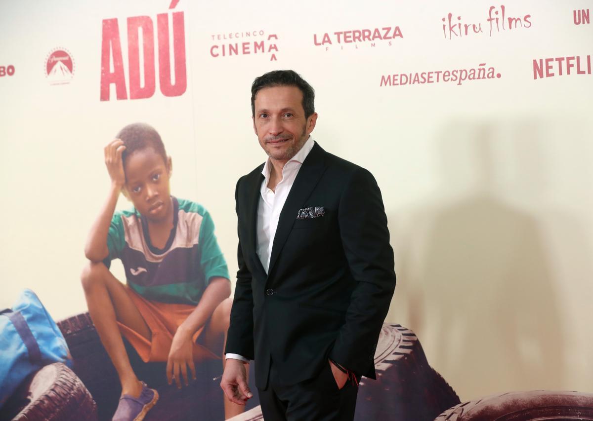 Salvador Calvo, ante un cartel de la película 'Adú'.