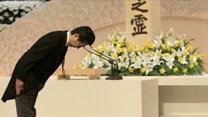 El primer ministro japonés Shinzo Abe hace una reverencia ante el Príncipe Akishino y la Princesa Kiko tras rezar ante el altar para honrar a las víctimas del tsunami.