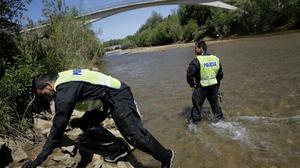 Desde primera hora de la mañana, un grupo de investigadores con la ayuda de los Bomberos rastrea el fondo del río Bernesga.