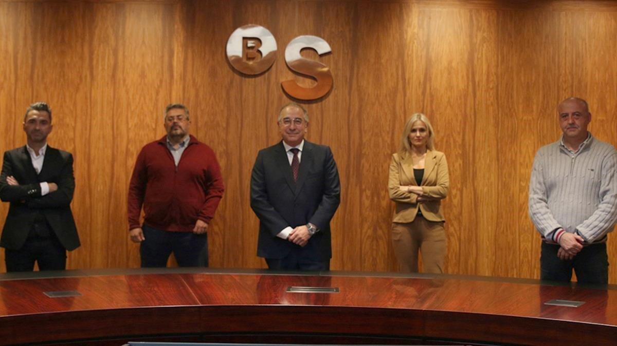Miquel Montes (centro) con los representante sindicales en la ratificación del acuerdo.