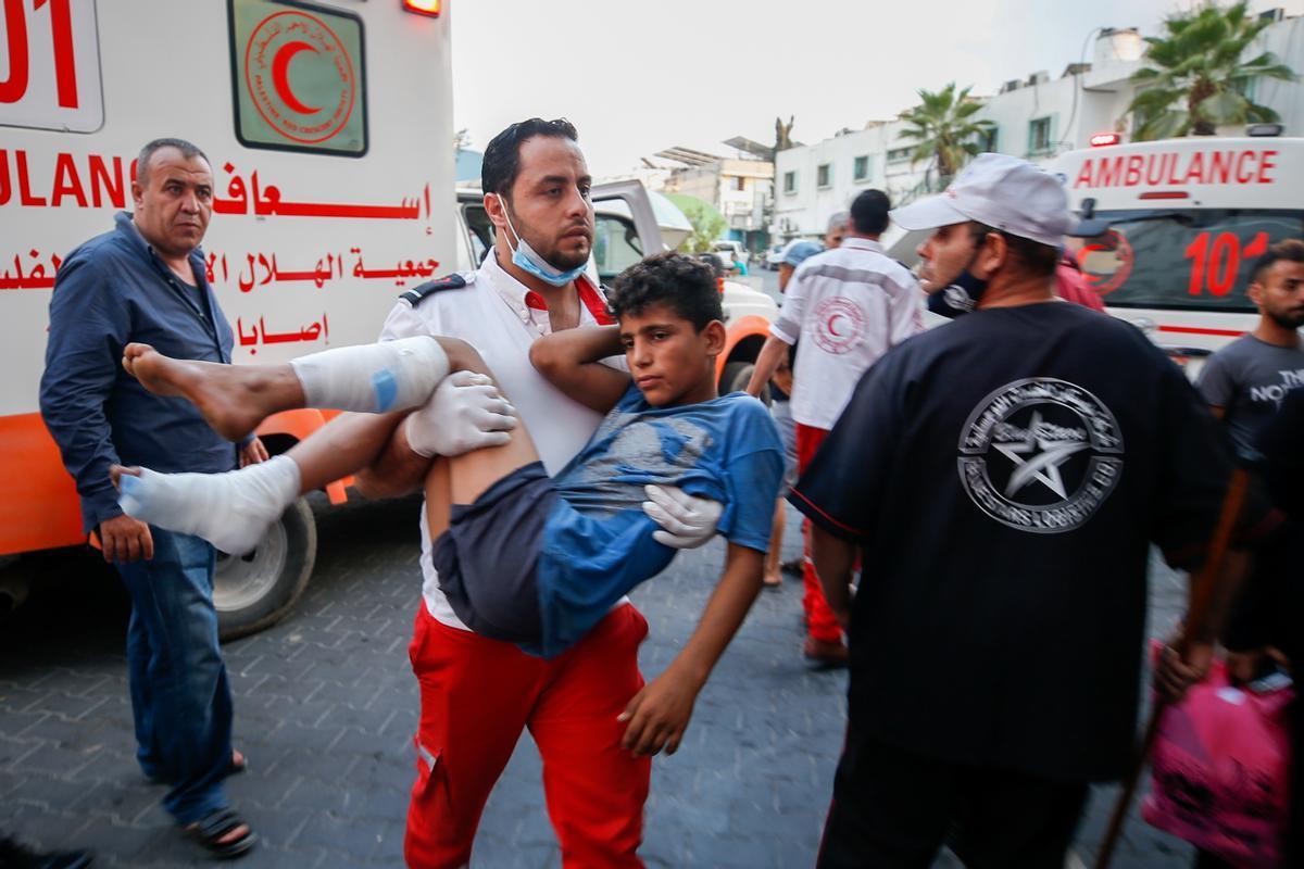 Un adolescente palestino es transportado herido después de participar en las protestas contra Israel en Gaza