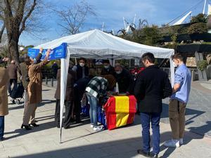 Recogida de firmas organizada por el PP en favor de las Fuerzas de Seguridad. Mesa en La Vaguada de Madrid.