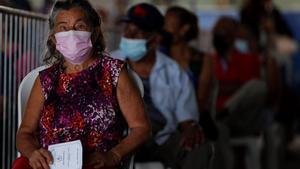 Una mujer espera su turno para recibir la segunda dosis de la vacuna Pfizer contra la covid-19 en la escuela republica de Colombia en San Miguelito (Panamá).