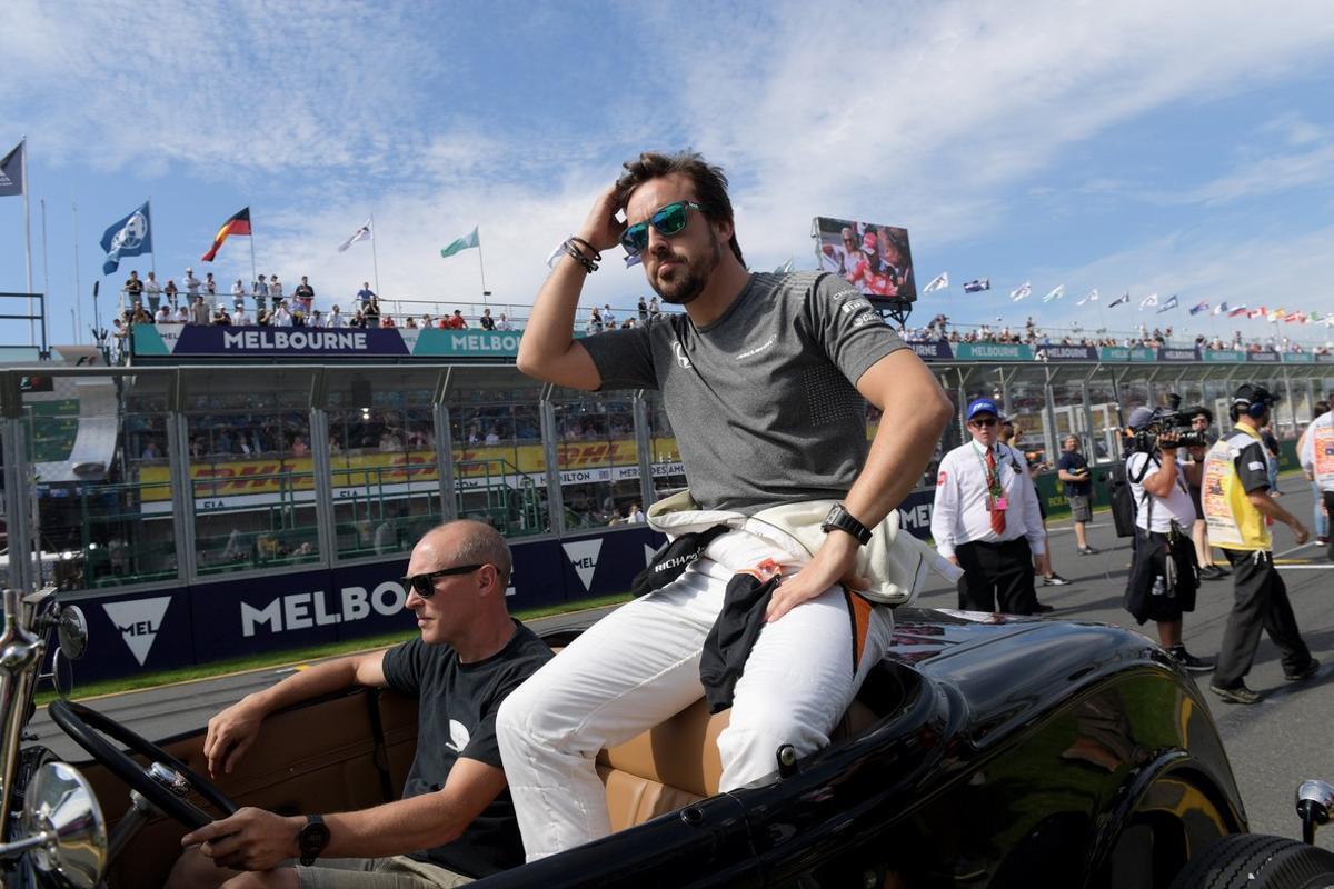 Alonso, durante el desfile previo a la carrera.