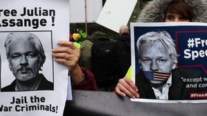 Defensores de Julian Assange, ante la corte de Londres.