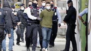 Un detenido en los disturbios del sábado en Barcelona, este lunes, durante el registro a una nave okupada de Mataró