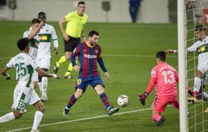 Messi marca el 2-0 al Elche en el Camp Nou.