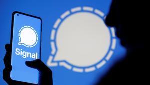 Un usuario utiliza la aplicación de mensajería Signal
