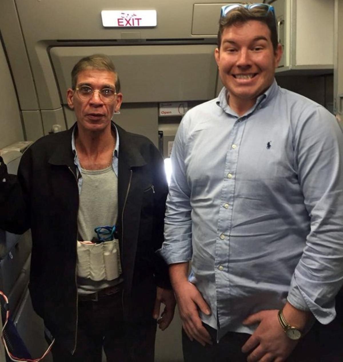 Un británico se hace una foto con el secuestrador del avión de EgyptAir.
