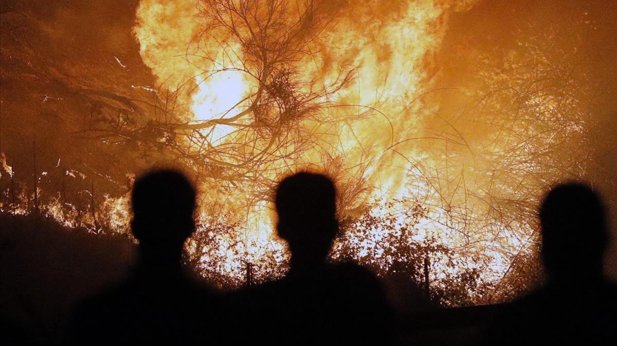 Personas observan impresionados el incendioen Chandebrito.