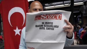 El periiódico turco 'Sozcu' se publicó el sábado en blanco para protestar por las detenciones de periodistas.