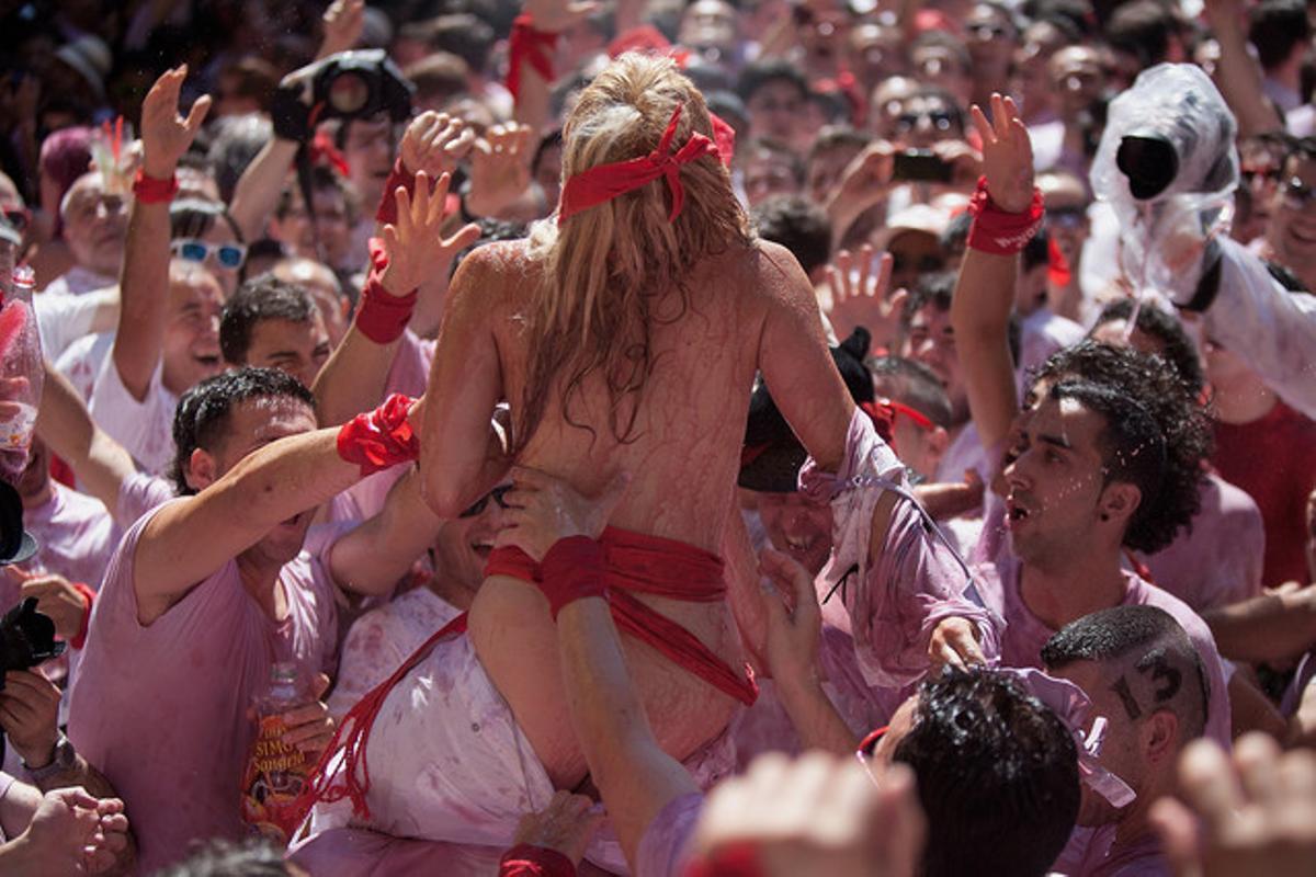 Una mujer semidesnuda en los Sanfermines.