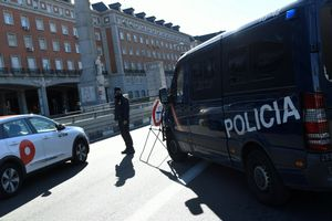 Control policial en el distrito de Moncloa, este sábado, primer día del confinamiento perimetral de Madrid.