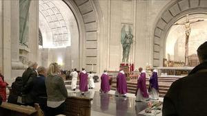 Los monjes benedictinos abandonan la basílica tras la misa en el Valle de los Caídos, este miércoles.