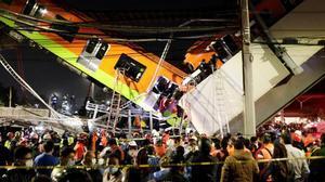 Se desploma una vía elevada con vagones de metro en Ciudad de México.