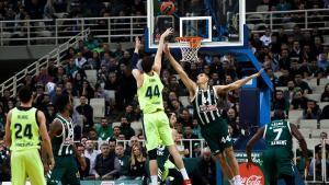 El pívot azulgrana Tomic lanza a canasta en la cancha del Panathinaikos