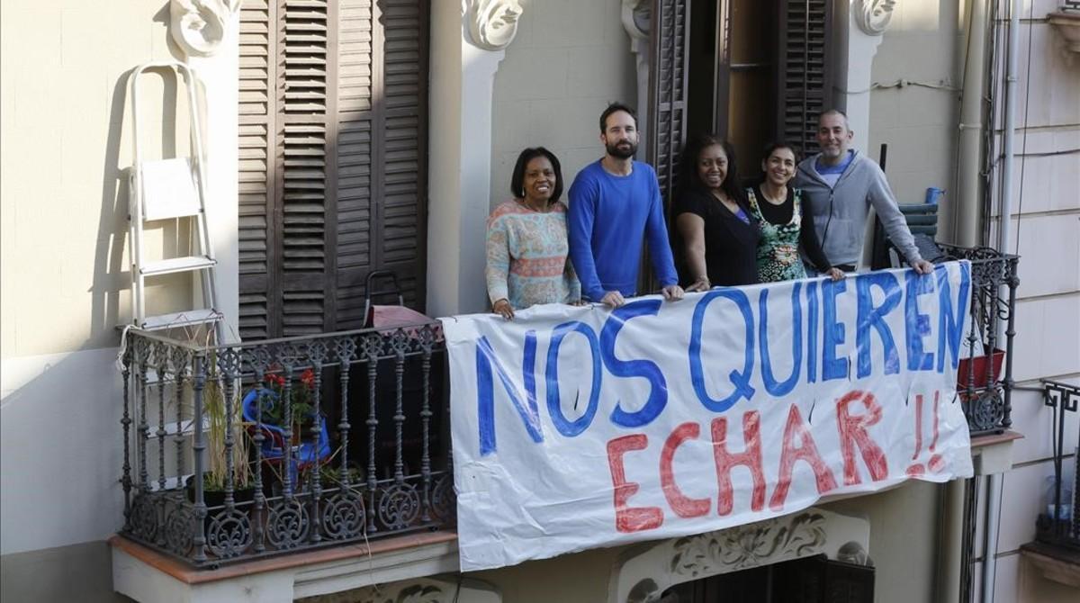 Vecinos de la calle de Leiva, 37, en el balcón de su finca, en marzo.