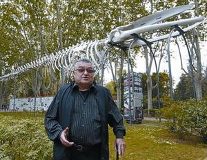 Filella, el pasado viernes, bajo el rorcual de 19 metros del Zoo de Barcelona.