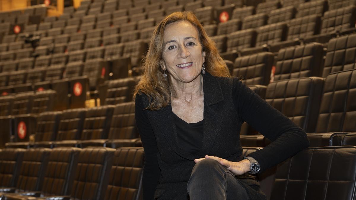 La directora Carme Portaceli , en el patio de butacas de la Sala Gran del TNC.