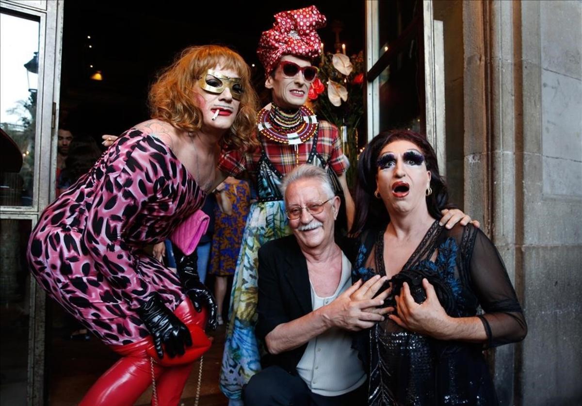 Nazario, con tres amigas travestis que participaron en la celebración de los 40 años deAnarcoma, este miércoles en el restaurante Ocaña de la plaza Real.