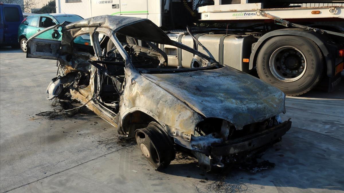 Aspecto del vehículo incendiado tras el accidente mortal en la AP-7, a la altura de Girona.
