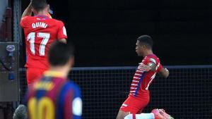 Messi observa como Machís inicia la remontada nazarí