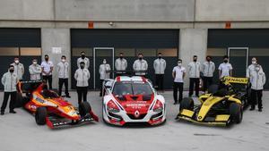 Alumnos, ingenieros y mecánicos de los distintos equipos de la Escuela Monlau Repsol.