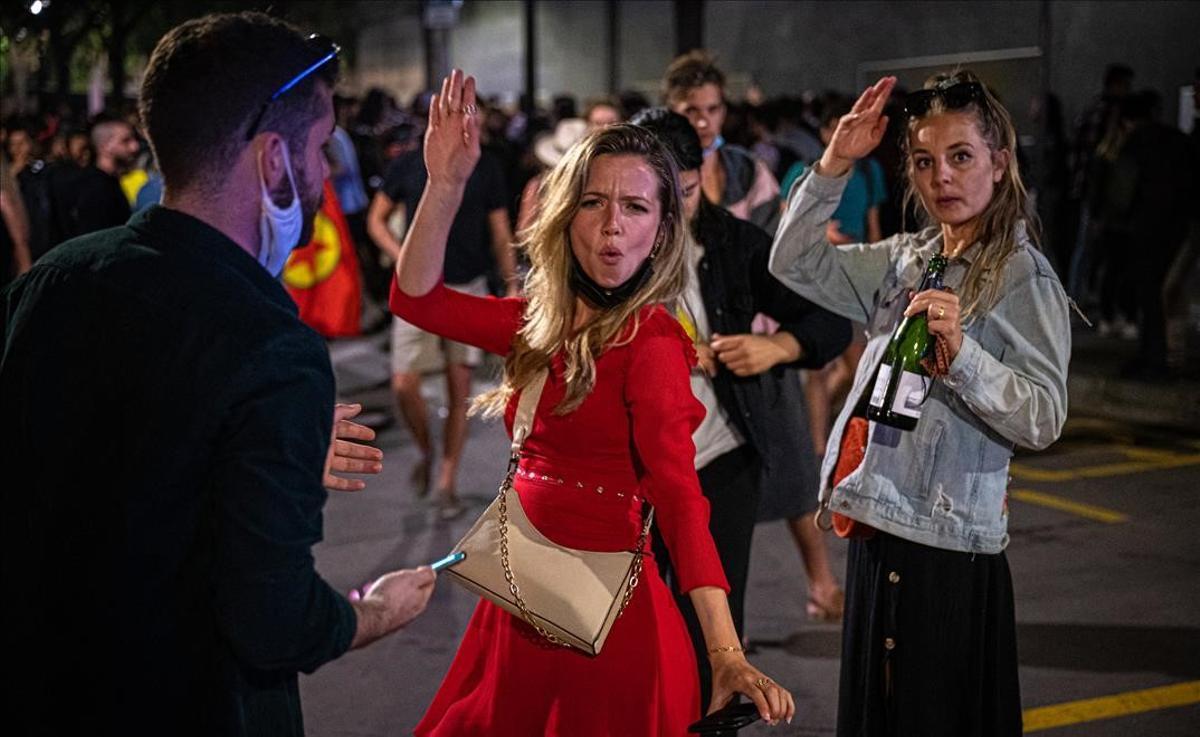 Jóvenes se divierten la madrugada del 9 de mayo, en las calles cercanas al Born.