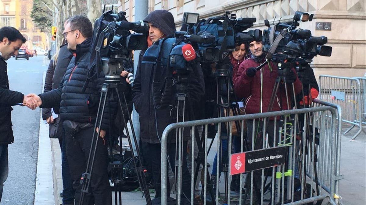Expectación a las puertas del Palau de Justícia, a la espera de conocer la sentencia del 'caso Palau'.