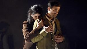 Miranda Gas y Borja Espinosa, en el representación de 'Els cors purs'.