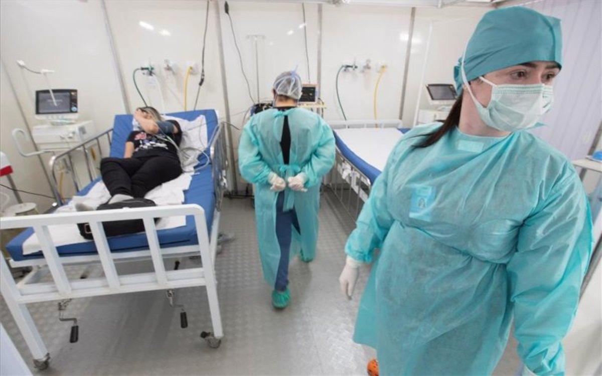 Personal médico atiende a enfermos de coronavirus en Brasil.
