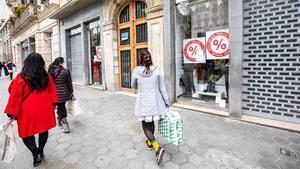 Compradores en el paseo de Gràcia.