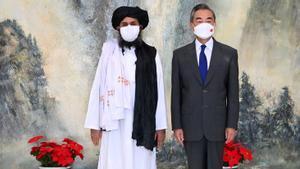 l Consejero de Estado y Ministro de Relaciones Exteriores de China, Wang Yi, se reúne con Mullah Abdul Ghani Baradar , jefe político de los talibanes de Afganistán, en Tianjin, China, el 28 de julio de 2021.