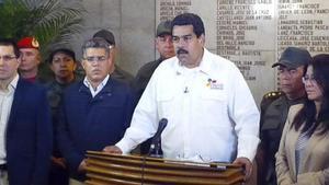 Maduro (en el centro) anuncia la muerte de Chávez, este martes en Caracas.