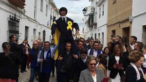 Vecinos de Coripe (Sevilla) portan el 'Judas' Puigdemont que será posteriormente quemado.