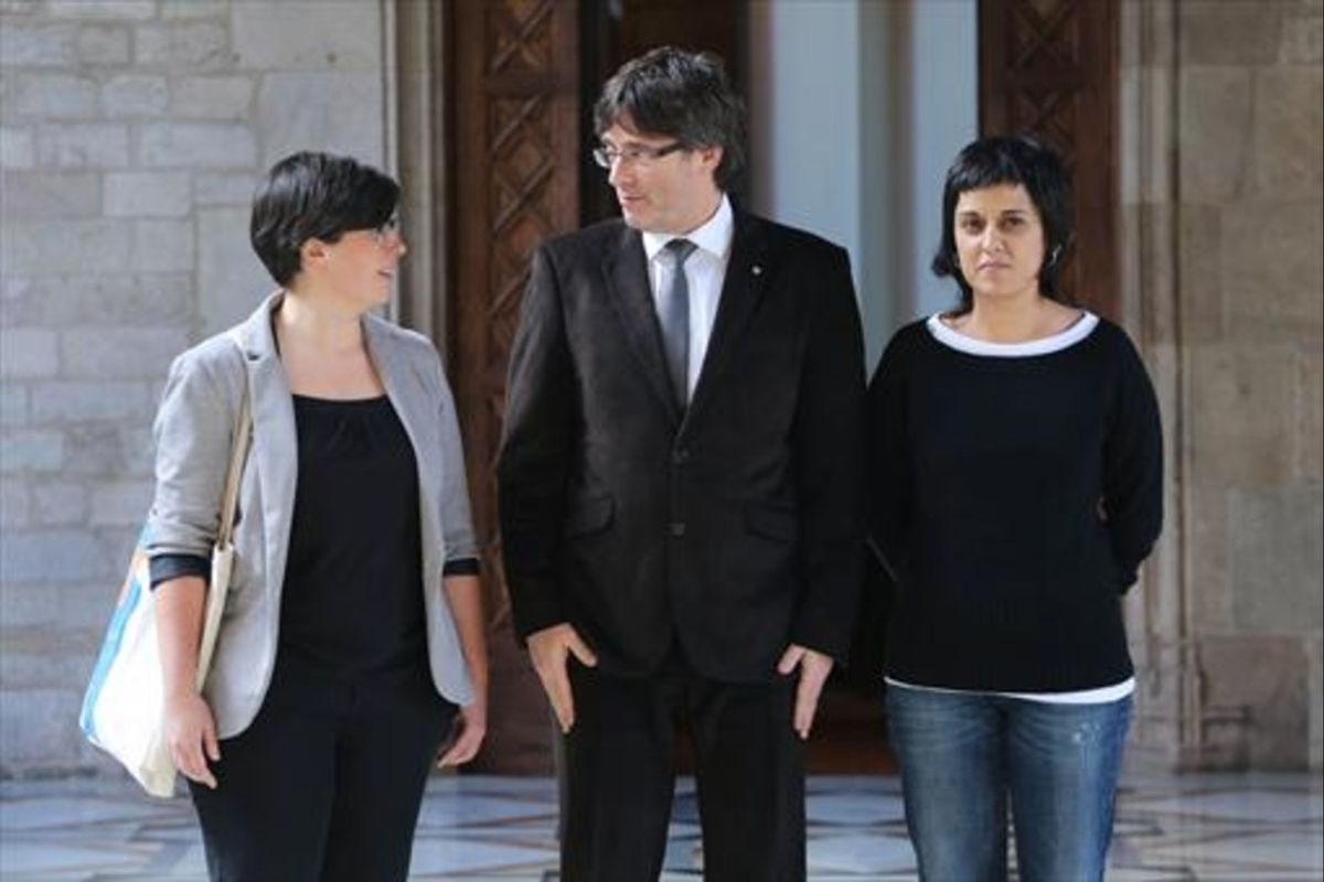 El 'president' Carles Puigdemont y las diputadas de la CUP Mireia Boya y Anna Gabriel, en febrero.