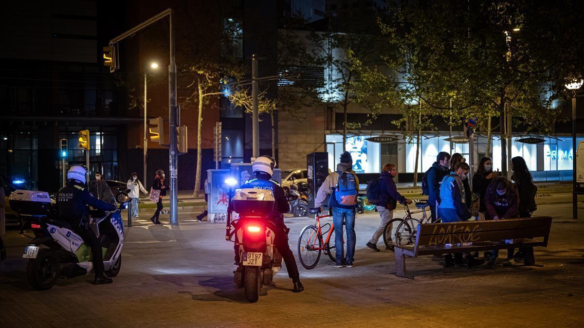 Una patrulla vigila la formación de botellones tras la salida de los conciertos de la Telecogresca, ayer.