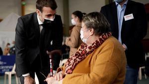 El primer ministro francés, Emmanuel Macron, habla con ciudadanos que esperan ser vacunados en un centro de Valenciennes.