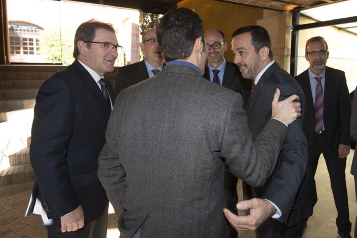 Francesc Xavier Subirana, delegado territorial de Tarragona y Lleida de Banco Popular (izquierda), y Joan Alegre, director general de EL PERIÓDICO DE CATALUNYA, saludan a los participantes del Foro Pyme, en La Canonja (Tarragonès).