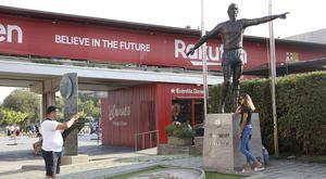 La estatua que el Barça ha dedicadoa Johan Cruyff, recientemente inaugurada, en la entrada del Camp Nou.