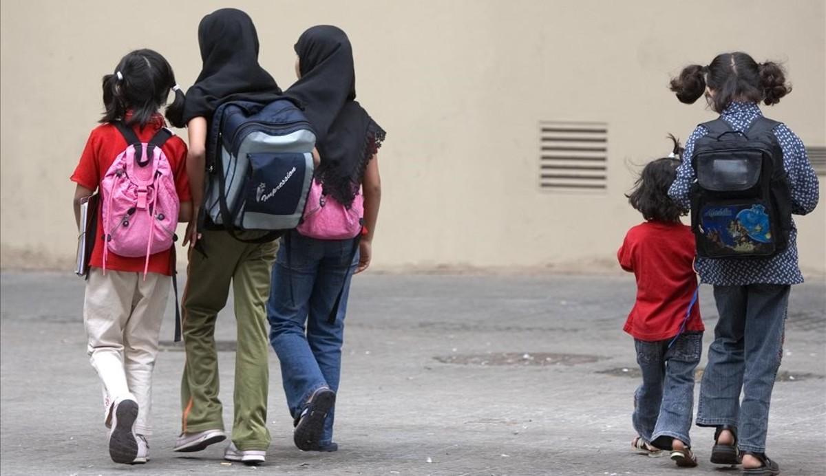 Un grupo de niñas musulmanas, tras salir de una escuela de Barcelona.
