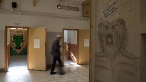 Al fondo, un mural de Srta Cobra; en primer plano un 'graffito' realizado por un preso de la Modelo.
