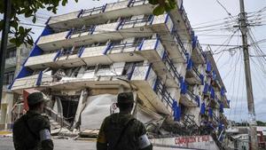 Soldados mexicanosmontan guardiaa pocos metros del hotel Sensación, hundido tras el terremoto, en Matias Romero (Oaxaca), el 8 de septiembre.