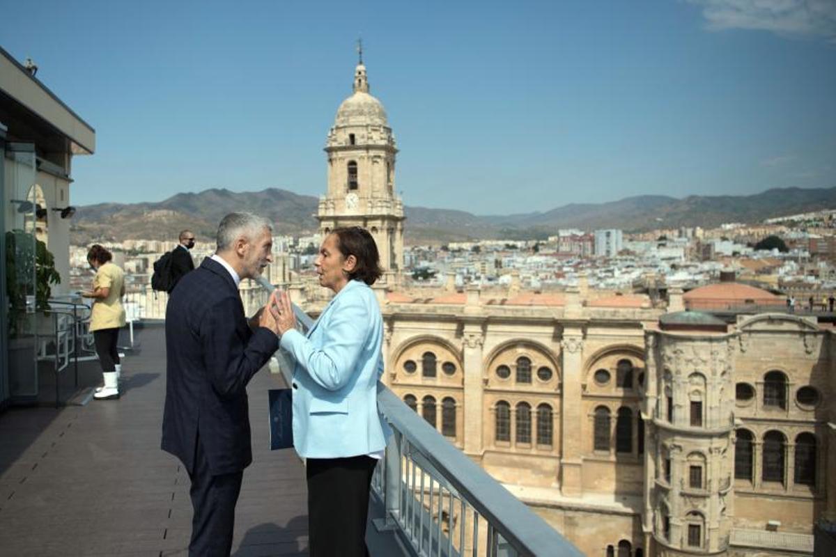 El ministro del Interior, Fernando Grande-Marlaska, charla con su homóloga italiana, Luciana Lamorgese, durante la cumbre MED5 de ministros del Interior, este 25 de septiembre de 2021 en Málaga.