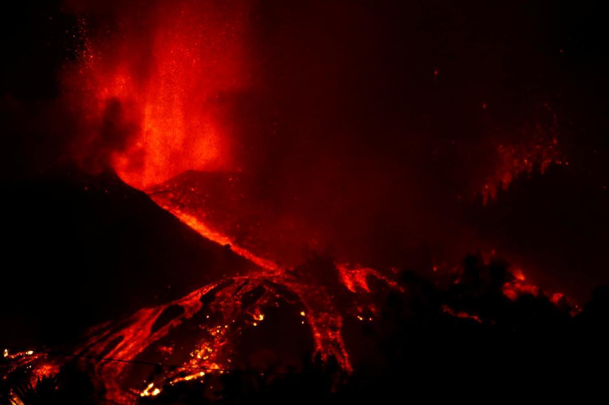 La lava fluye ladera abajo en El Paso, en la isla canaria de La Palma, tras la erupción del volcán.